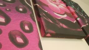 rózsaszín tavirózsás vászonkép alulról fotózva, hogy látszódjon a visszahajló oldala