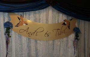 madaras tábla, ami a menyasszony és a vőlegény asztala mögött volt a dísz