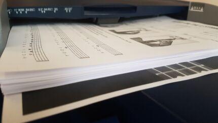 fénymásolatok, ahogy behúzza a papírt a nyomtató tálcájáról