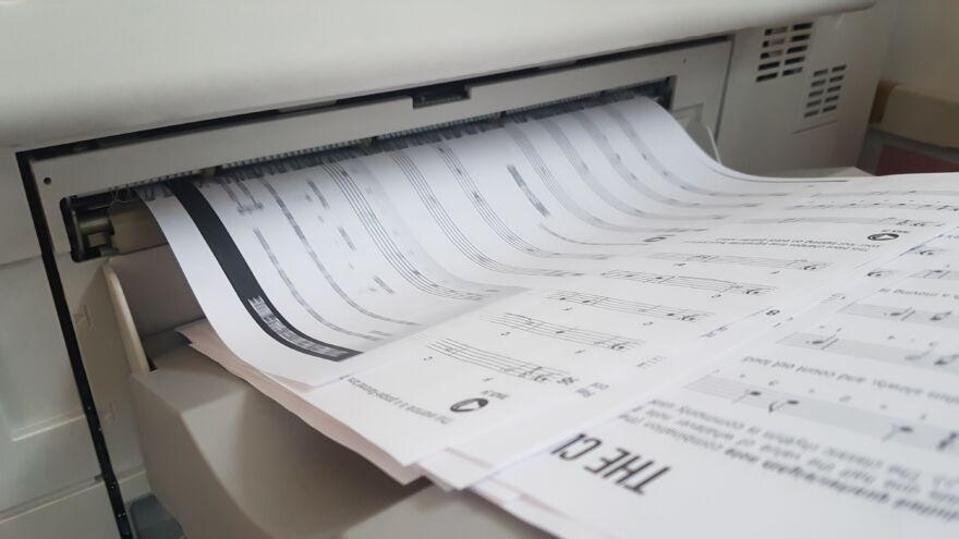 papír, ahogy jön ki a nyomtatóból
