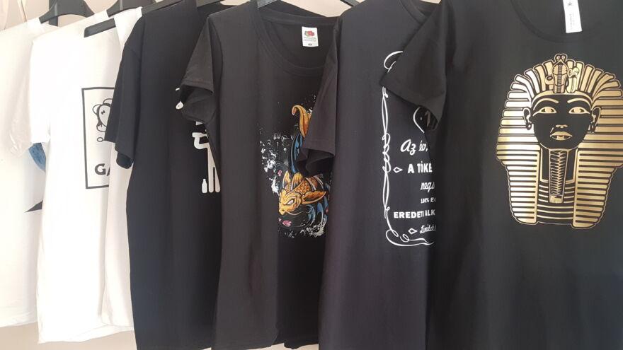 sok nyomtatott póló