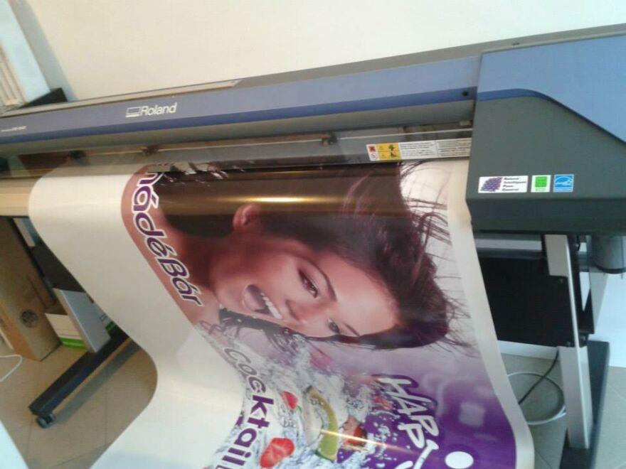 Plakát, ahogy épp nyomtatja a nagy Roland nyomtató