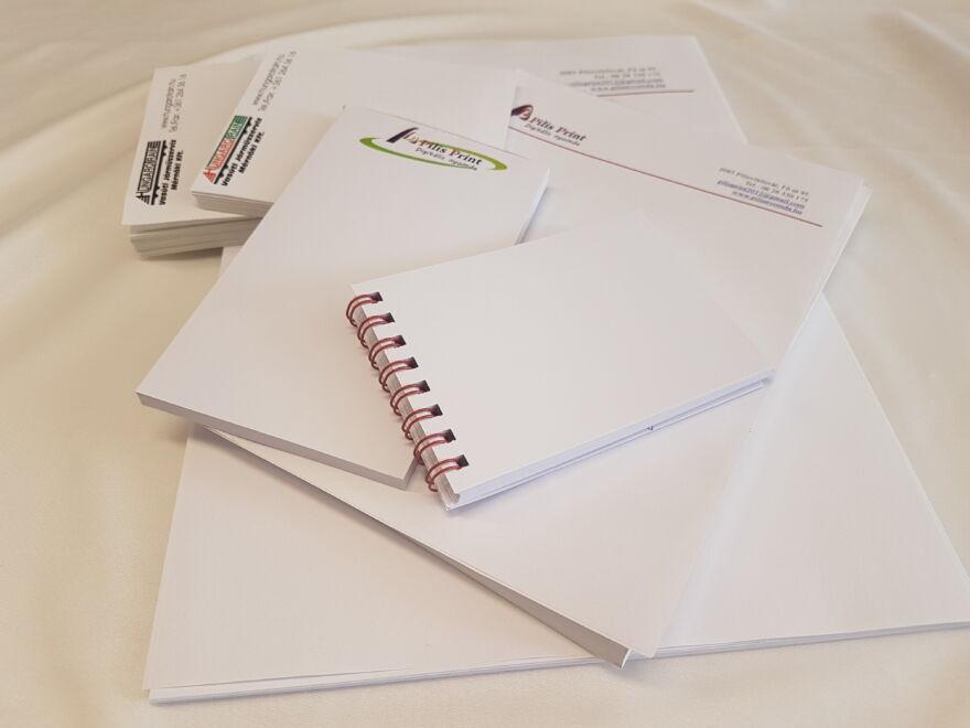 Különböző méretű és fajtájú jegyzettömbök (ragasztott, spirálos, A4, A5,)